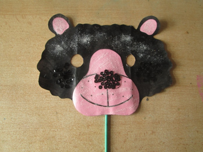 One bear mask to play with.